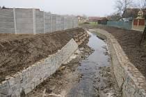 Zrealizovaný projekt stabilizace toku na Holomni v Drslavicích.