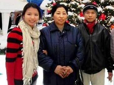 Rodina z Barmy bydlí v Hluku od roku 2009 (detail ze společné fotografie).