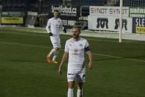 Fotbalisté Slovácka (v bílých dresech) proti Karviné