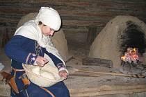 Lucie Herodková v archeoskanzenu pekla chleba ze čtyř kil mouky.