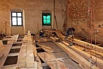 Základem nové podlahy tanečního sálu je jednadvacet dubových trámů.