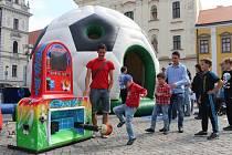 V centru Uherského Hradiště začala ve středu 17. června fungovat fanzóna, mimo jiné i koncertem skupiny Queenie.