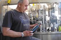 Pojízdnou speciální linku, určenou k lahvování vína využili poprvé v uplynulých dnech také ve Vinařství Jakubík ve Zlechově.