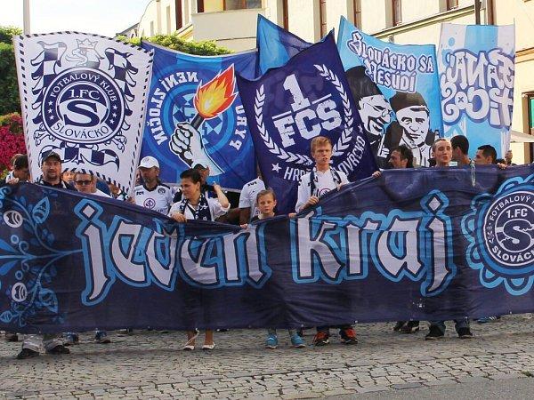 Průvod fanoušků Slovácka Uherským Hradištěm před zápasem sLibercem