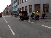 Až ochrana chodců u chodníku, kovové zábradlí na hlavní křižovatce v Uherském Hradišti zastavilo zřejmě brzdící osobní automobil. Dopravní nehoda se stala krátce před polednem 29. dubna a zasahovat u ní museli místní profesionální hasiči.