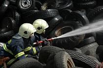 Rozsáhlý požár pneumatik v Uh. Brodě.