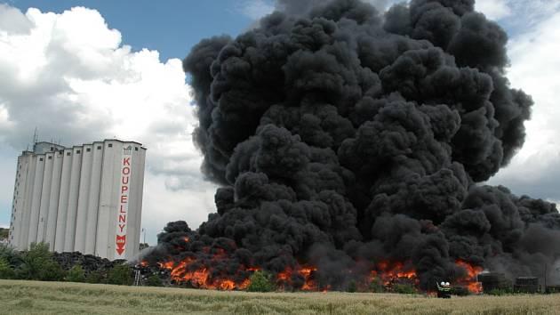 Kouř z požáru bylo vidět desítky kilomentrů daleko.