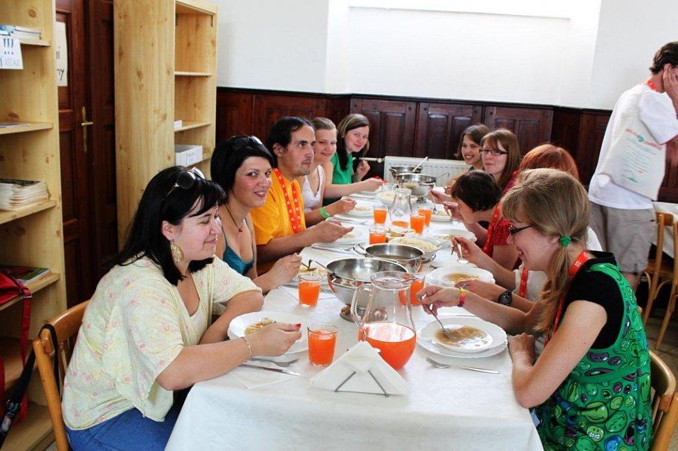 V poutním domě Stojanov připravily kuchařky studentům oběd jako od maminky.