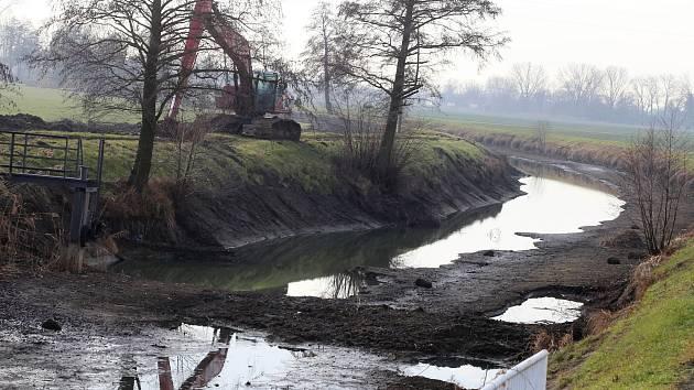 Baťův kanál vypuštěný pod plavební komorou v Babicích.