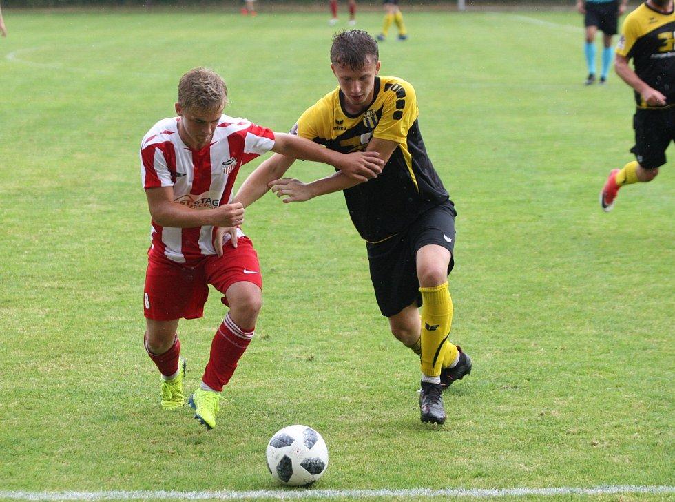 Fotbalisté Strání (v černých dresech) v MOL Cupu proti Brumovu
