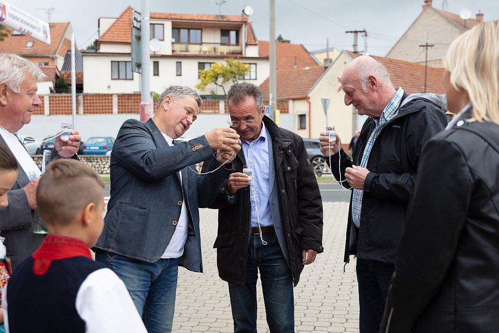 V posledním srpnovém dnu si obec Dolní Němčí, coby vítěze celostátního kola Vesnice roku 2018 a jeho tradice prohlédla hodnotící komise soutěže Evropská cena obnovy vesnice. Přivítání komisařů u kulturního domu.