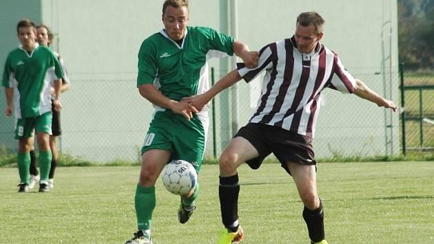 V utkání mezi Huštěnovicemi a Bílovicemi (v pruhovaném) se bojovalo o každý centimetr hřiště.