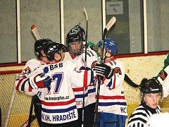 Hokejisté Uherského Hradiště (v bílém) porazili Rosice 3:2.