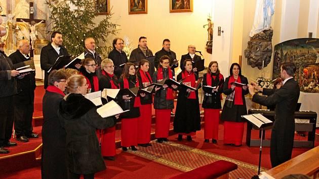 U JESLIČEK. Hezkými koledami a skladbami nejvýznačnějších světových autorů se vjalubském kostele historicky poprvé prezentovali Moravští madrigalisté.