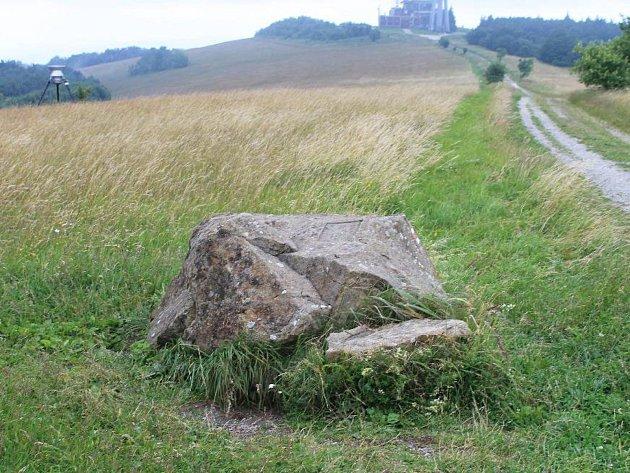 Kunovice a slovenská Lubina připravují na podzim Básnickou stezku. První zasazení bylo na konči července odhaleno na Velké Javořině. Zájemci si přečtou texty na tomto kameni.