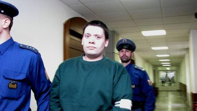 David Hladík v doprovodu eskorty na chodbě Vrchního soudu v Olomouci. Tvrdí, že je nevinný.