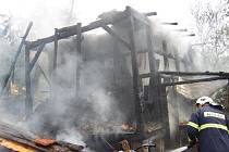 Nedbalost majitele byla hlavní příčinou toho, že v Prakšicích v sobotu 25. července dopoledne lehl popelem dřevěný hospodářský objekt nedaleko rodinného domu.