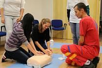 Jak správně obvázat ránu a poskytnout první pomoc, toto i mnohé další učili záchranáři v rámci Dne zdravotnické záchranné služby, který se uskutečnil v pátek 26. září od 10 do 18 hodin v Uherském Hradišti.