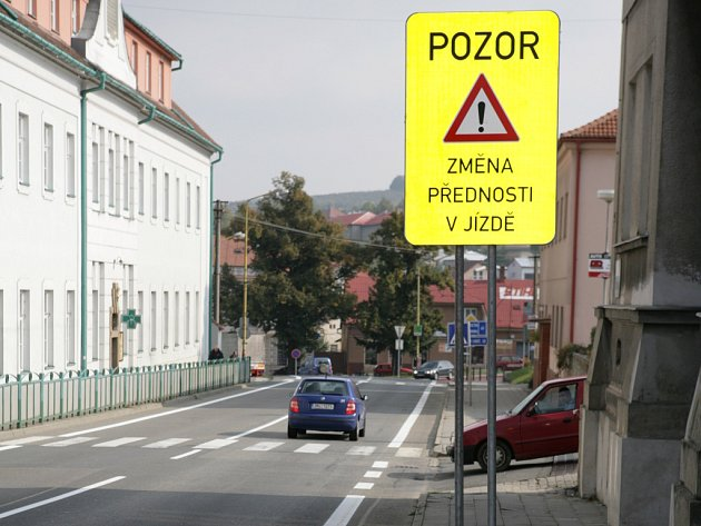 Na vizovické křižovatce jsou už téměř týden nově vyznačeny přednosti vozidel.