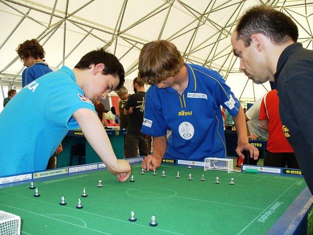 Utkání proti Italovi Lucu Zambellovi Dominik Vaněk (uprostřed) zvládl a postoupil do semifinále turnaje, tam ale nestačil na dalšího jižana Diega Tagliafferiho.