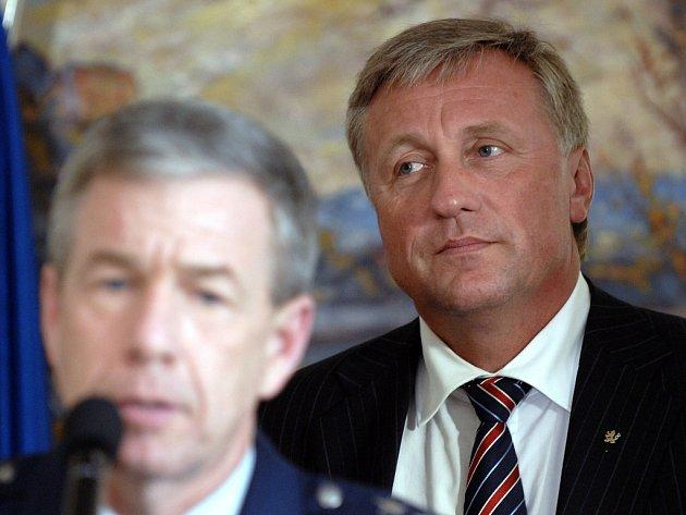 Premiér Mirek Topolánek (vpravo).