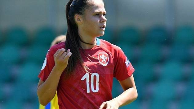 Záložnice Slovácka Eliška Janíková si v rámci soustředění v Chomutově zahrála za ženský národní tým proti žákům Teplic.