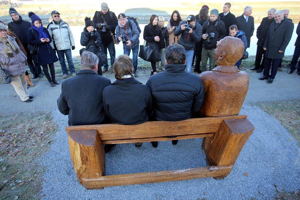 Slavnostní odhalení pamětní lavičky se sochou Jana Antonína Bati na břehu řeky Moravy v Uherském Hradišti.