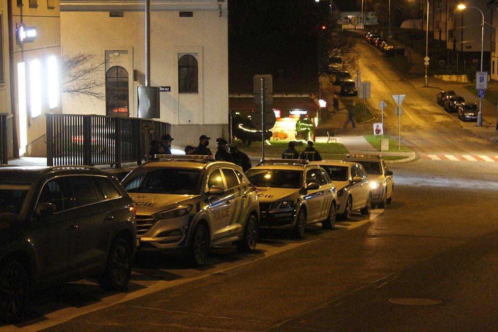 U Restart baru v Uherském Brodě zasahovali kromě uherskobrodské policejní hlídky také policisté z Bojkovic a policisté z pohotovostního a eskortního oddělení ze Zlína.