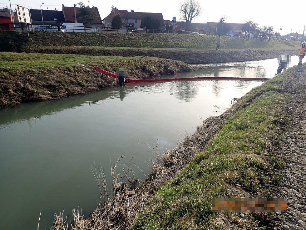 Zákrok hasičů při havárii domíchávače betonu, který se převrátil do řeky Olšavy v Uherském Brodě.