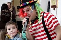 Ve společenském sále sušického obecního úřadu si pětatřicet dětí užívalo při karnevalovém veselí spousty her a soutěží.