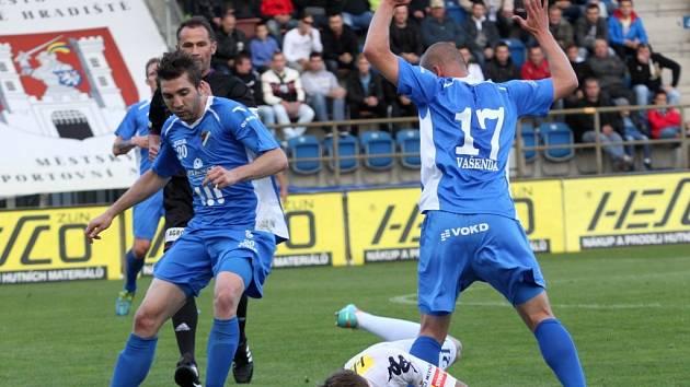 Na zemi Milan Kerbr, u míče Davor Kukecm vpravo Dalibor Vašenda.