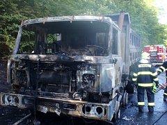 Plameny pohltily nákladní auto, řidič stačil uprchnout