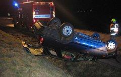 Řidička u Šumic obrátila škodovku na střechu. Z vraku ji vyprostili zraněnou.