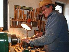 Soustružník Antonín Hájek tráví ve své dílně v Uherském Hradišti v posledních letech většinu času.