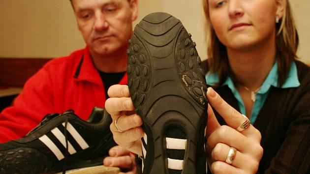 Zuzana Fenyková s otcem se rozhodli bojovat za vrácení peněz za boty.
