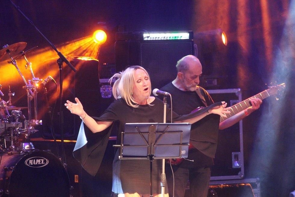 Koncert kapely Stromboli v zámeckém amfiteátru v Buchlovicích.Bára Basiková.