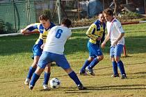 Fotbalisté Částkova (v pruhovaném) doma v derby nečekaně podlehli béčku Březolup.