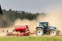 Vláčení a hnojení posekaných polí. Ilustrační foto.