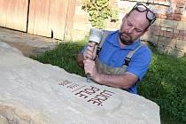 Kameník Petr Blaha z Vlčnova.