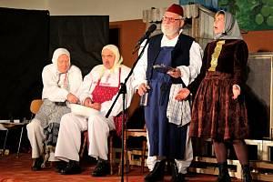 Diváci vBřestku ocenili ochotníky zBuchlovic úsměvnou komedii potleskem vestoje.