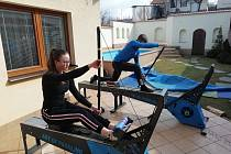 Jan a Anna Pavlíčkovi doma makají na pádlovacích trenažérech.