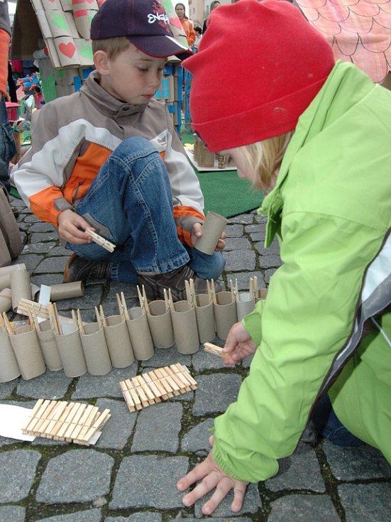 Děti při stavbě městských hradeb.