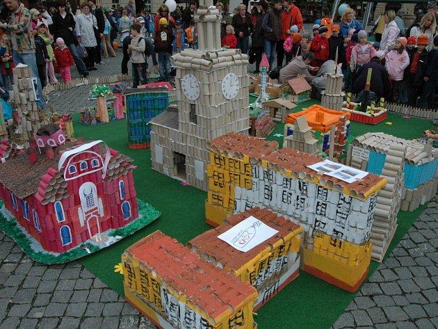 Papírový model města složily školáci z více než čtyř desítek budov.