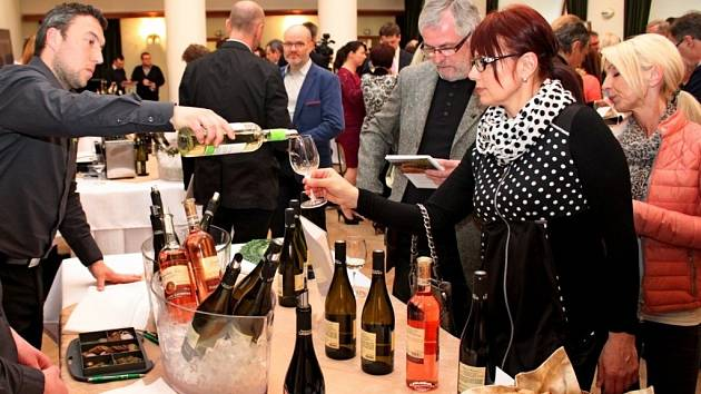 V barokním uherskohradišťském objektu Reduta si v sobotu pochutnávali zájemci na 116 vzorcích tichých vín z dvanácti špičkových vinařství Moravy.