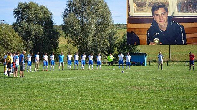 Fotbalisté Velehradu uctili památku tragicky zemřelého spoluhráče Dominika Krchňavého minutou ticha