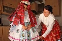 Adam Pešl se pod dohledem maminky a tety oblékl ženský kroj.