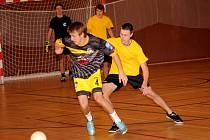 Futsalová liga Uherskohradišťska – 2. kolo: Superfrankie MD Team – GFC (ve žlutém) 3:4.