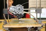 Jeden z vystavovatelů na burze škol v Brodexpo byl také sedmnáctiletý Adam Šišpera, který pomocí vlastní 3D tiskárny vyráběl klíčenky s logem Gymnázia Jana Ámose Komenského.