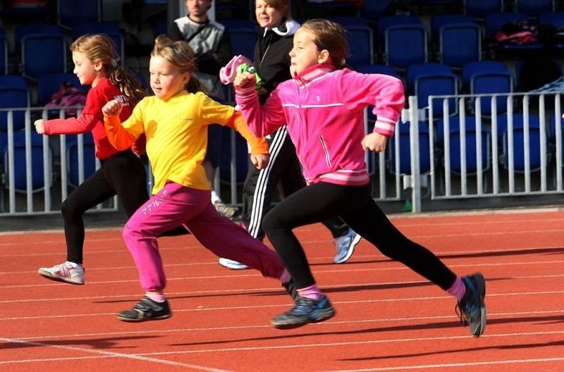 Kinderiáda na atletickém stadionu v Uherském Hradišti.