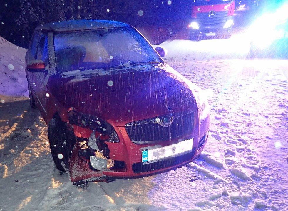 Sněžení a srážka dvou aut blokovaly ve čtvrtek 8. dubna silnici I/50 u motorestu Rasová.